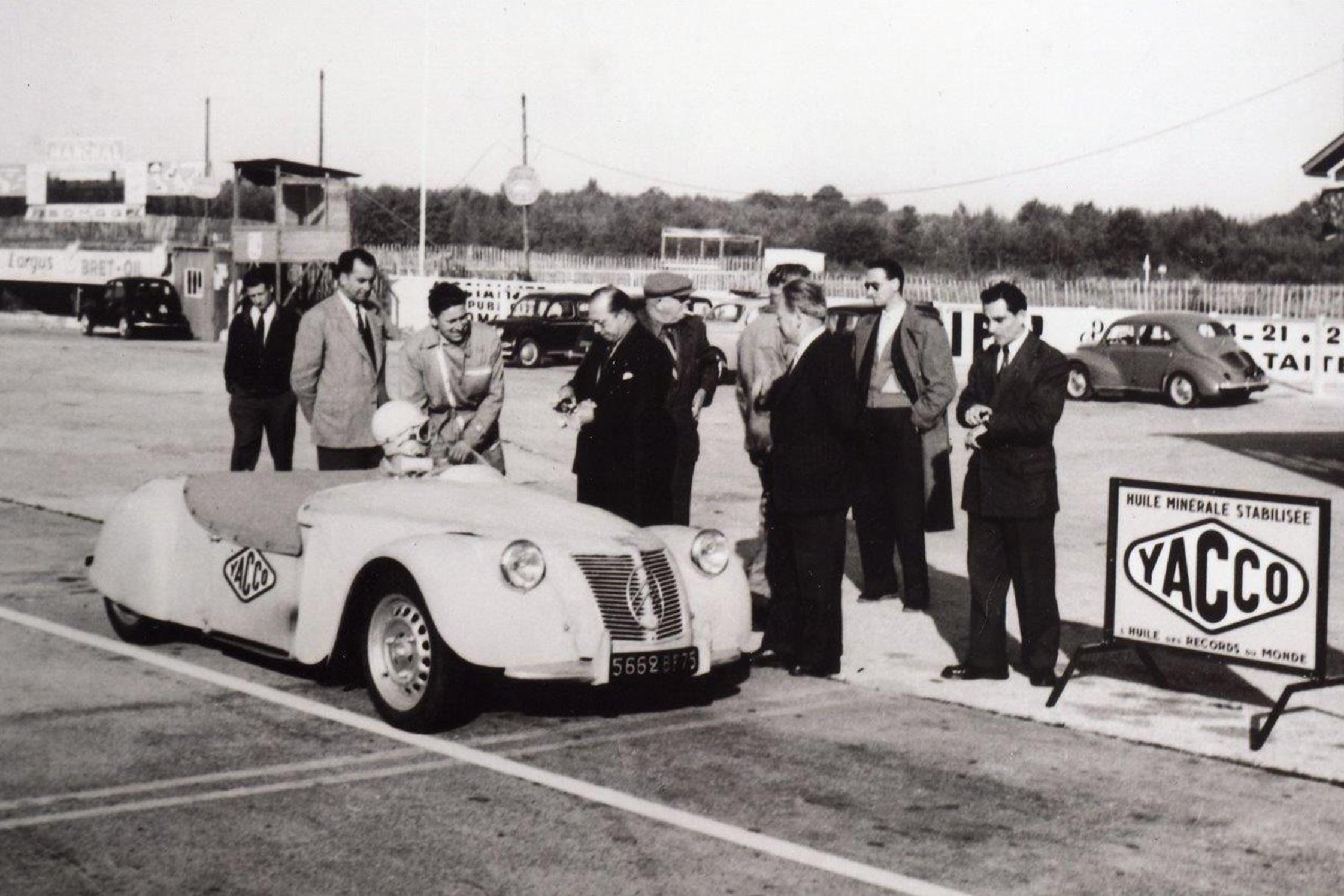citro u00ebn 2cv  u00ab barbot  u00bb  1953  - l u0026 39 autodrome de montlh u00e9ry f u00eate ses 90 ans