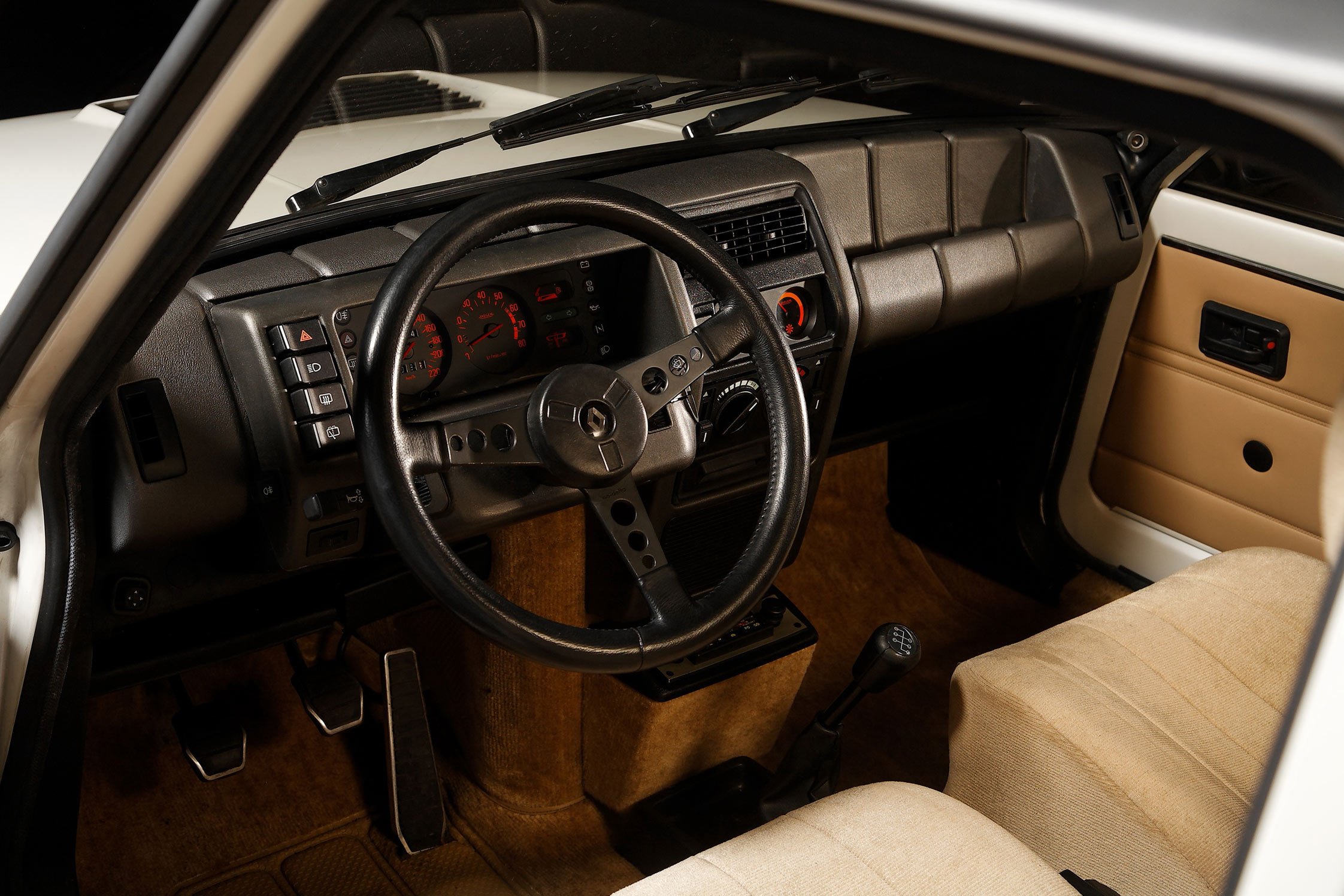 Renault 5 turbo 2 les trente ans de la r5 turbo for Renault super 5 interieur